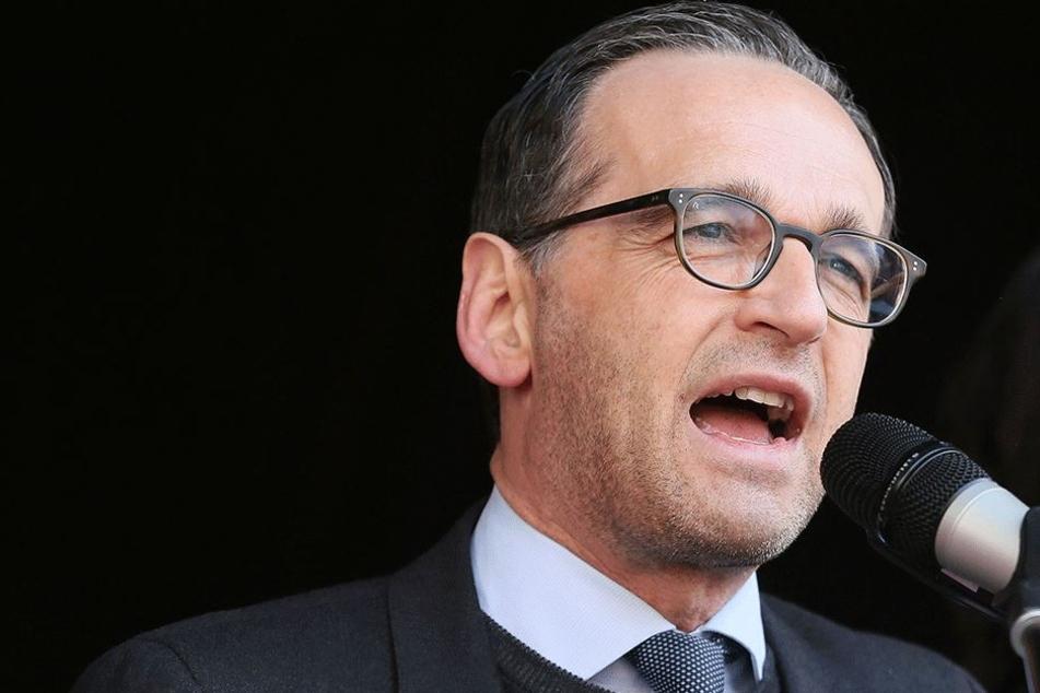 Bundesjustizminister Maas (50, SPD) am 1. Mai 2016 bei seiner Rede in Zwickau, die aufgrund der Pöbler abgebrochen werden musste.