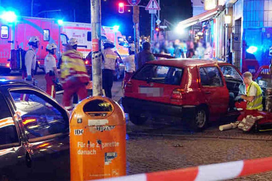 Die Hermannstraße füllte sich in nur wenigen Minuten mit hunderten von Schaulustigen, die nicht nur die Rettungsarbeiten behinderten, sondern auch die Zufahrtswege für die Feuerwehr und Polizei massiv verstopften.