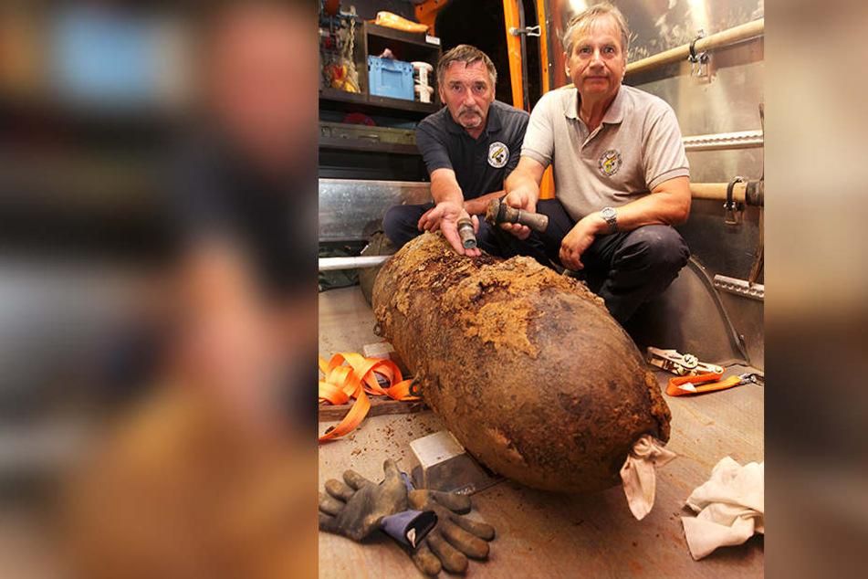 Bombe entschärft: Stolz zeigen Jörg Lang (r.) und Hans-Peter Schmidt vom Kampfmittelbeseitigungsdienst ihr Werk.