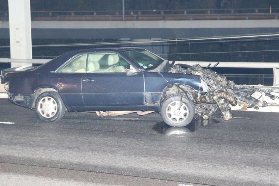 Der Mercedes krachte gegen eine Betonbegrenzung.