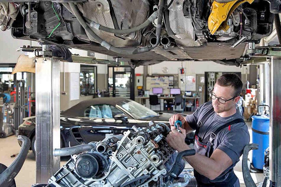 So sieht die Arbeit in der Dresdner Werkstatt aus: Oliver Schwaß ist Kfz-Service-Techniker bei Porsche.
