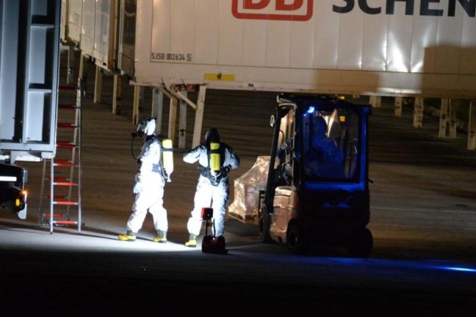 Mit Atemschutzmasken und in Vollanzügen rückte die ABC-Einheit vom Kreis Gütersloh an.