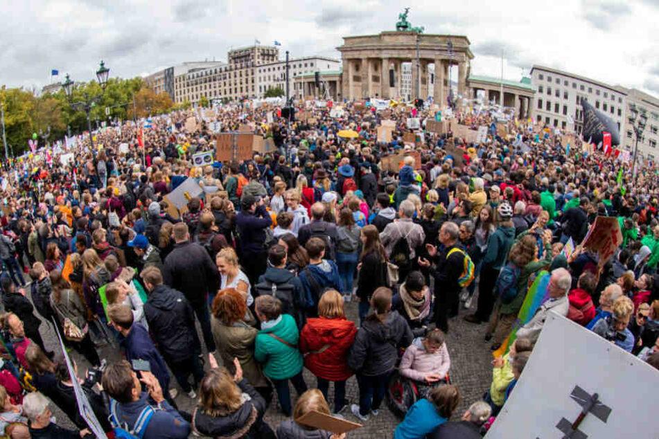 Teilnehmer versammeln sich zur Demo vor dem Brandenburger Tor.