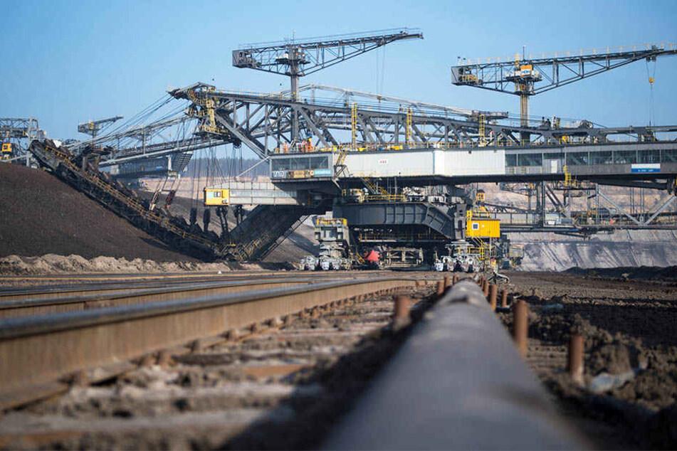 Bagger im Tagebau Nochten: Wie geht es nach dem Kohle-Ausstieg weiter? Die Kohle-Länder erhöhen den Druck.