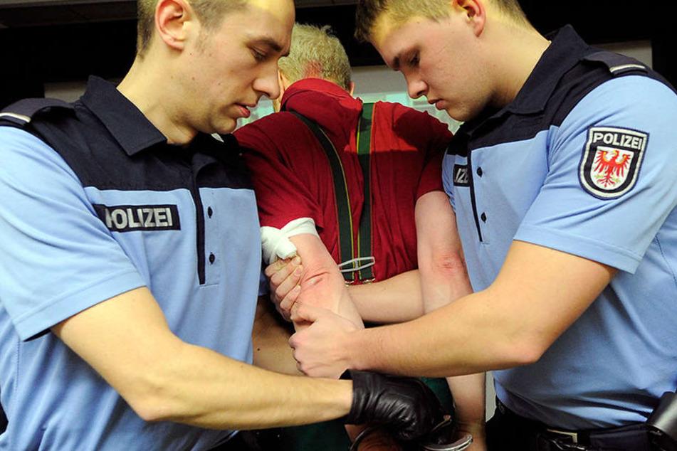 Um der Personalnot Einhalt zu gebieten, sollen ebenfalls an der Fachhochschule in Oranienburg die Standards für die Ausbildung herunter geschraubt werden.