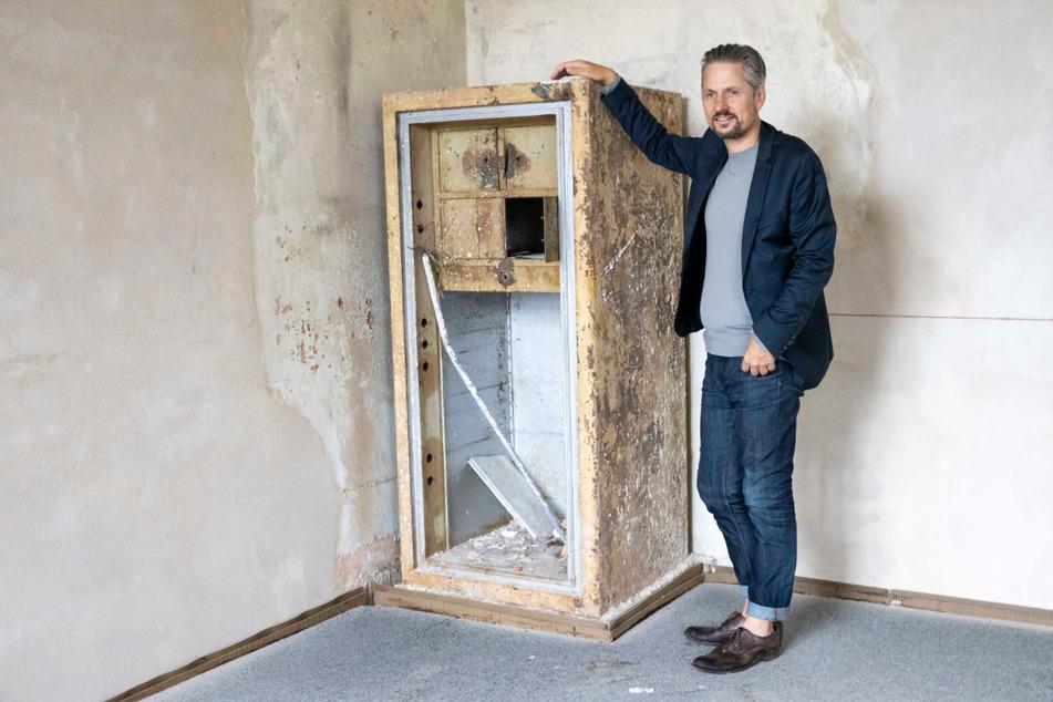 Architekt Hendrik Neumann (52) zeigt den Panzerschrank, der zu einem Möbelstück werden soll.