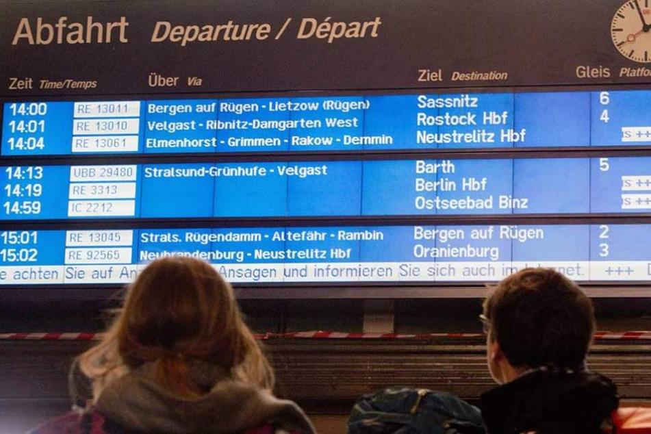 In sieben Bundesländern saßen Reisende auf Bahnhöfen fest, weil der Zugverkehr eingestellt wurde.