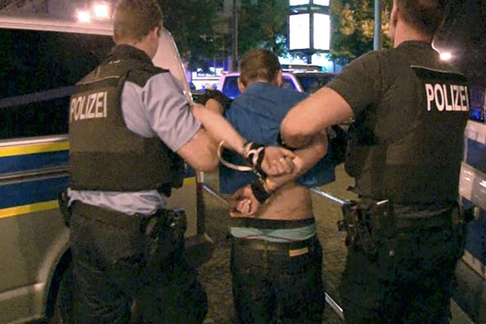 Junge reißt Mädchen das Kopftuch herunter: Am Ende werfen alle mit Eiern auf die Polizei