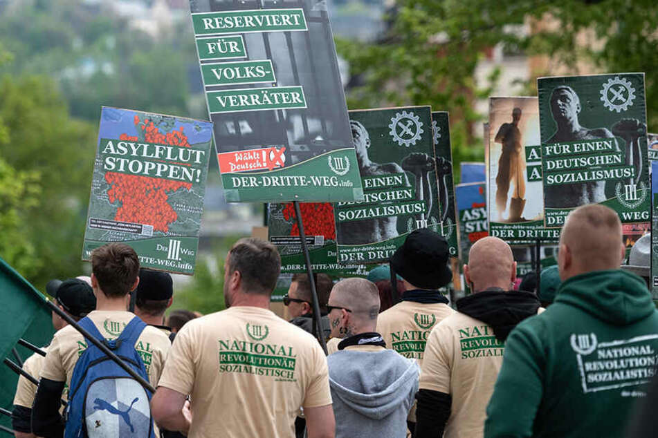 """Das umstrittene Plakat hielten Mitglieder des """"III. Wegs"""" auch zum 1.-Mai-Aufmarsch in Plauen in die Höhe."""
