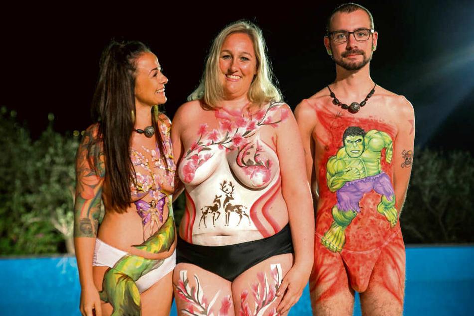 Gemeinsam mit ihren Mitkandidaten ließ Nadine (l.) die Hüllen fallen und sich von einer Bodypaint-Künstlerin bemalen.
