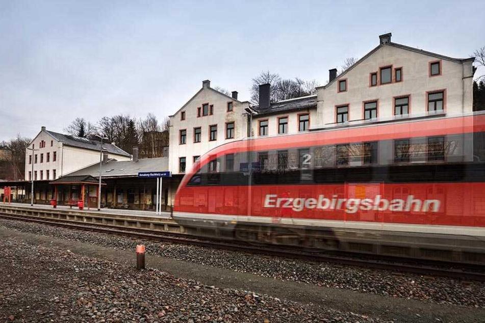"""Achtung, Doppelbelichtung! Dank raffinierter Fototechnik """"fährt ein Geisterzug"""" der Erzgebirgsbahn heute schon vom unteren Bahnhof in Annaberg-Buchholz ab."""