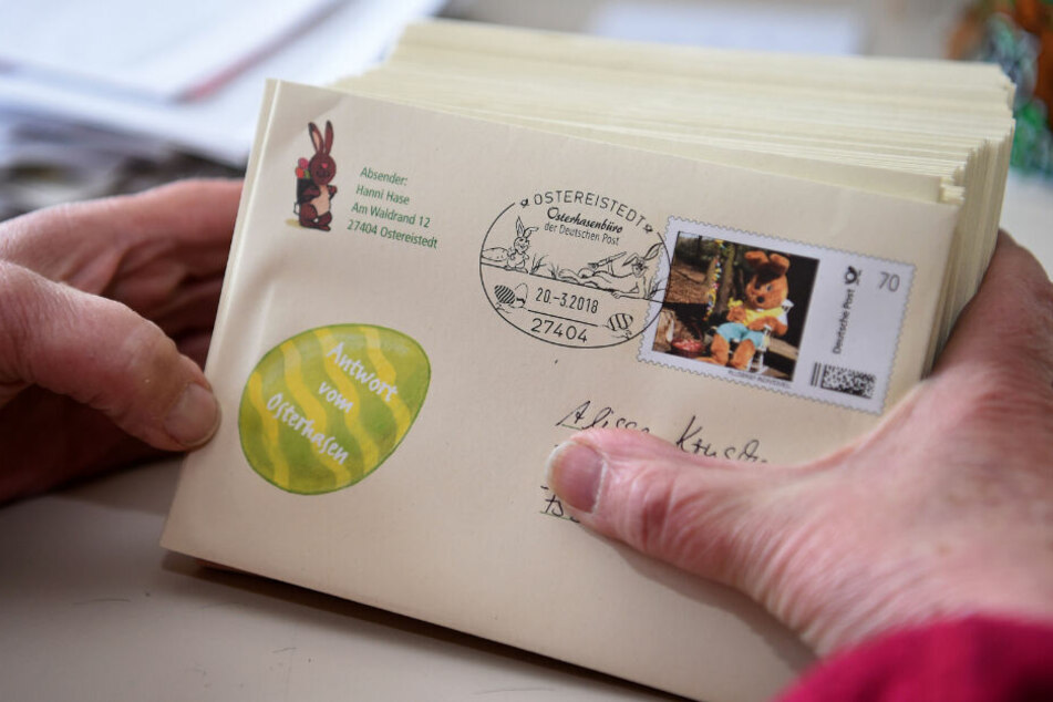 Mit bunten Aufklebern und Osterhasen wird der Brief zurück an die Kinder geschickt.