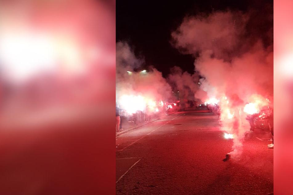 Bengalos erleuchteten den Chemnitzer Nachthimmel, als die Mannschaft am Sportforum eintraf.