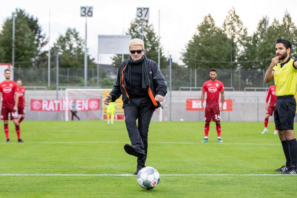 Als Ehrenmitglied des Fußballvereins Schwarz Weiß 06 Düsseldorf macht Heino den Anstoß für ein Benefizspiel.