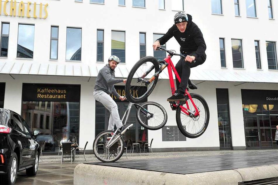 Die Freestyler Marco Hösel (38, l.) und Lukas Knopf (22, rotes Rad) geben einen Vorgeschmack auf die Radmesse.