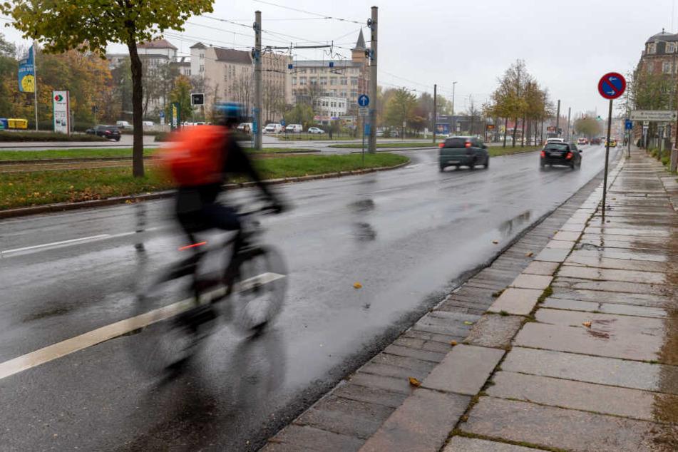 Auf der Zwickauer Straße endet kurz vor der Kreuzung zur Barbarossa-/Goethestraße der Radweg.