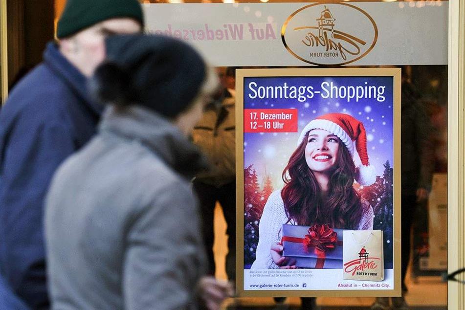 Auf Plakaten wird schon lange für die große Konsum-Schlacht geworben.