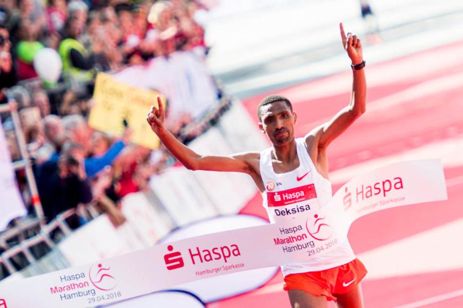 Gewinner Solomon Deksisa aus Äthiopien jubelt beim Zieleinlauf.