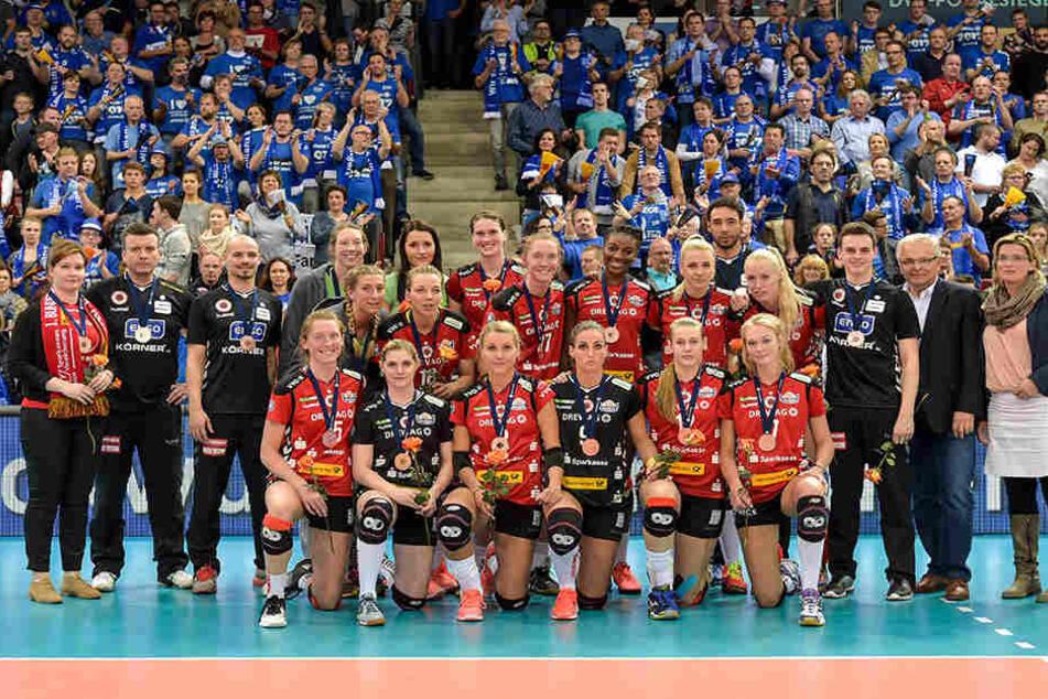Trotz Enttäuschung vom verpassten Final-Traum lächeln die Mädels bei der Siegerehrung in die Kamera.