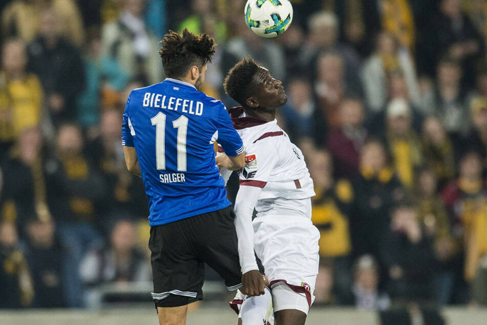 Ist in Dresden noch nicht angekommen: Peniel Mlapa (r.) verliert in dieser Szene das Kopfballduell gegen Bielefelds Stephan Salger.
