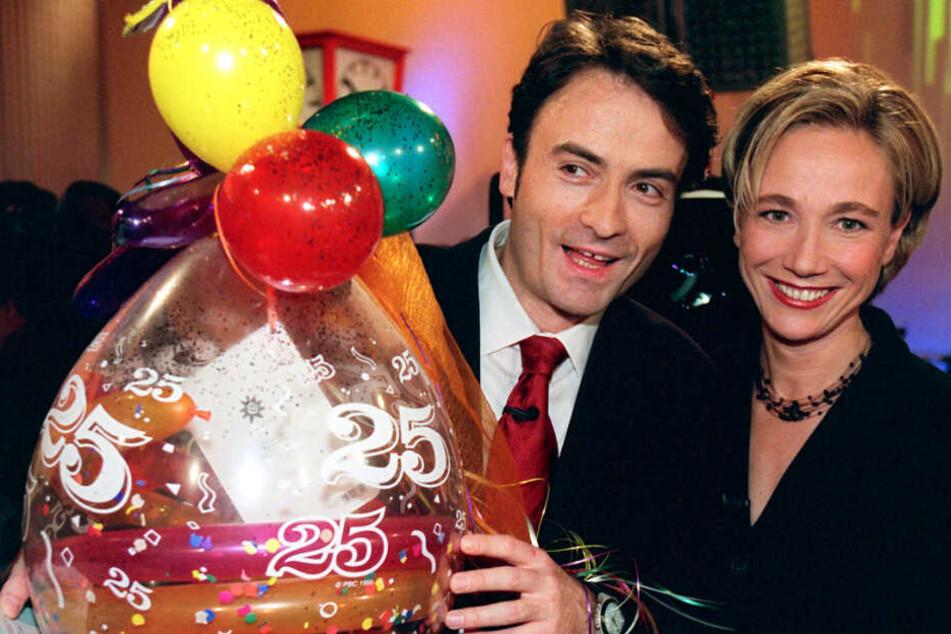 """Die Moderatoren Amelie Fried und Giovanni di Lorenzo feiern im November 1999 mit einer Jubiläumssendung 25 Jahre """"3nach9""""."""