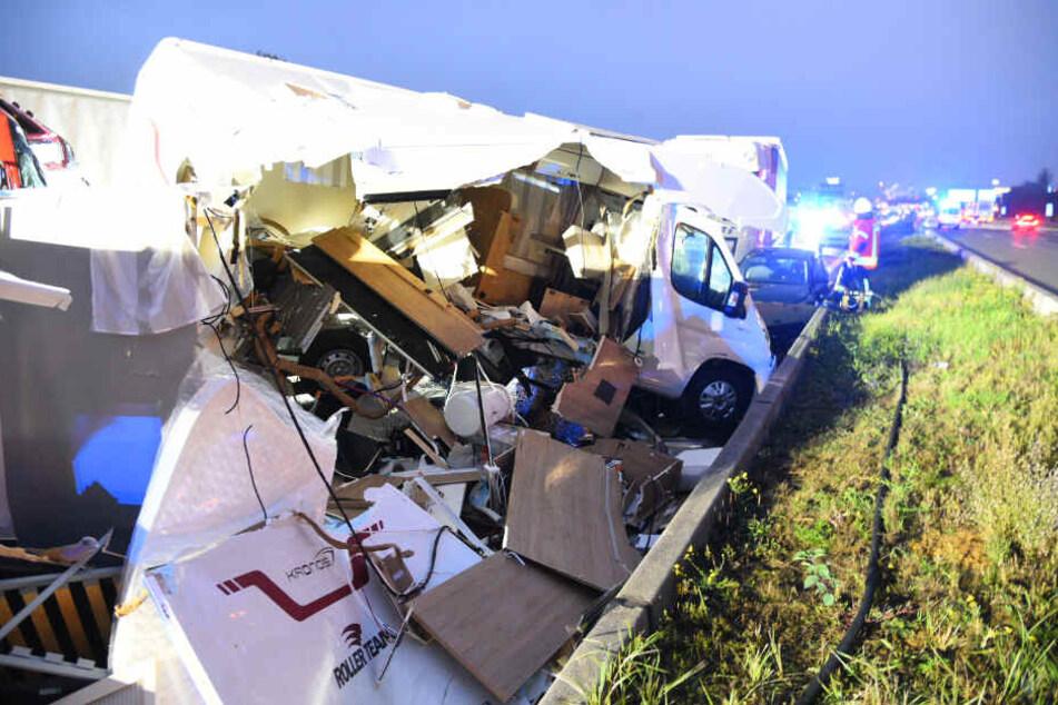 Wohnmobil komplett zerfetzt: Schwerer Unfall auf A6 sorgt für Stau-Chaos
