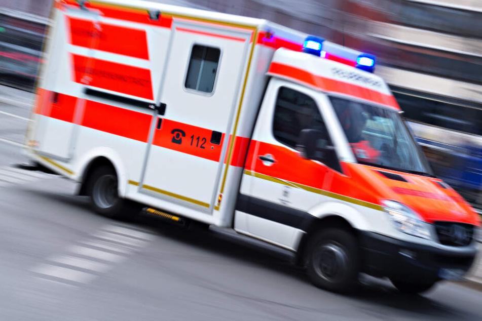 Rettungswagen ist mit Blaulicht unterwegs und kracht in Taxi: Drei Verletzte