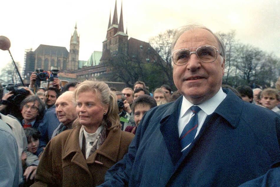 Helmut Kohl (r.) mit seiner Frau Hannelore besuchte 1990 zum ersten Erfurt. Tausende Menschen kamen, um den Kanzler der Einheit zu sehen.
