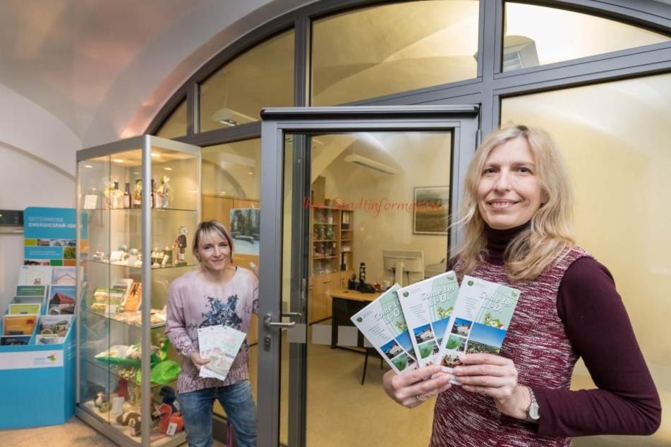 Neue Stadtinformation im Rathaus Limbach-Oberfrohna. Angela Scholz (52, r.) und Frances Mildner (42) polieren das Image der Stadt auf.