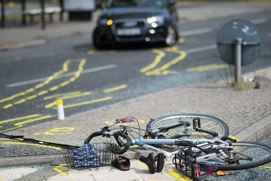 Der Radfahrer wurde mit Arm- und Kopfverletzungen ins Krankenhaus gebracht.