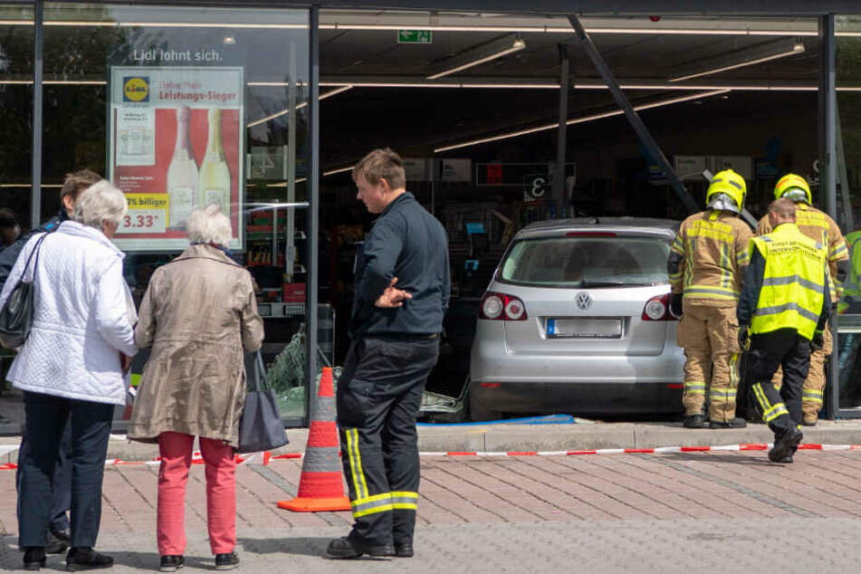 Eine Rentnerin ist mit ihrem Auto in eine Lidl-Filiale in München gekracht. Es gab Verletzte.