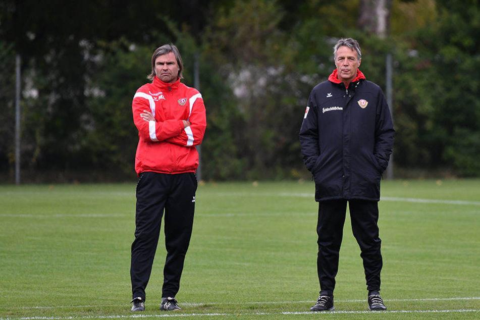 Dynamo-Coach Uwe Neuhaus (r.)musste während der Übungseinheit am Mittwoch gleich auf neun seiner Akteure  verzichten