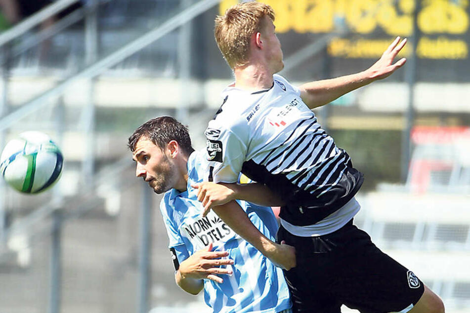 Kevin Conrad (l.) im Kopfballduell mit dem Doppel-Torschützen Gerrit Wegkamp.
