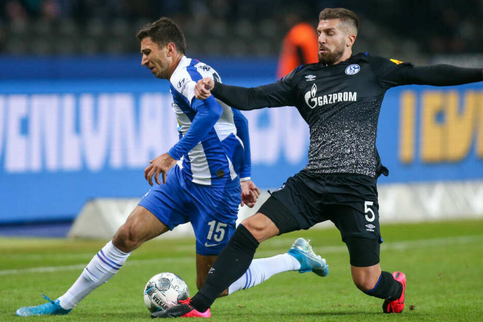 Berlins Marko Grujic (l.) kämpft gegen Matija Nastasic von Schalke 04 um den Ball.