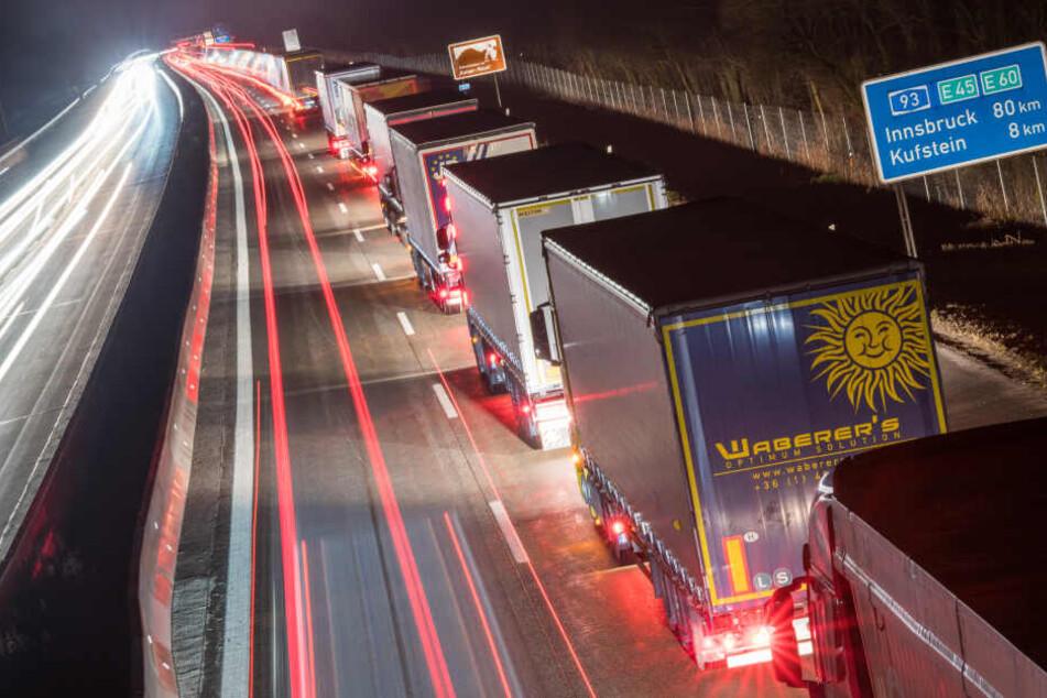 Lastwagen stehen auf der Autobahn A93 vor der bayerisch-österrreichischen Grenze in Fahrtrichtung Österreich im Stau.