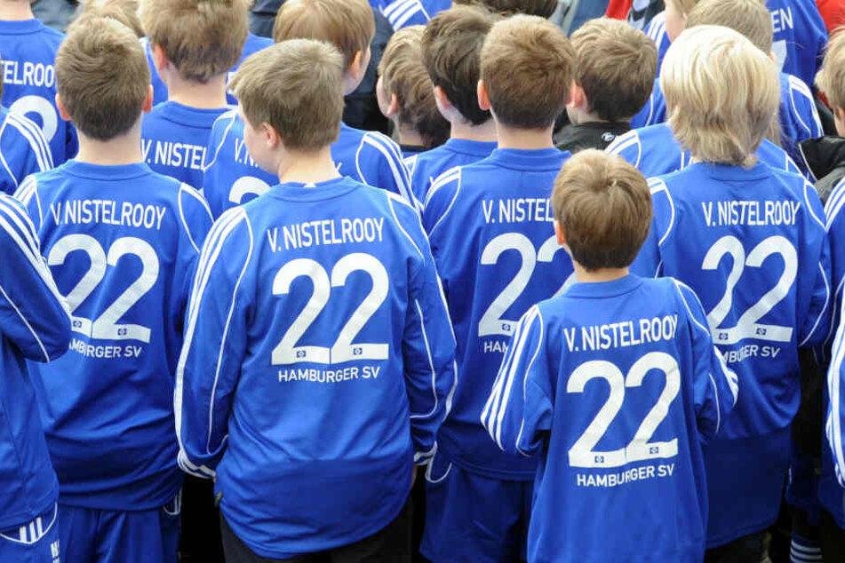 Kinder der Fußballschule des Hamburger SV tragen ein typisches HSV-Trikot in Blau.