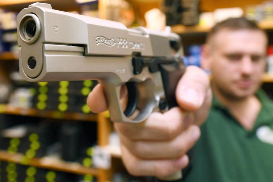 Als sich Nachbarn über zu laute Musik beschwerten, zückte ein 34-jähriger Mann eine Pistole.