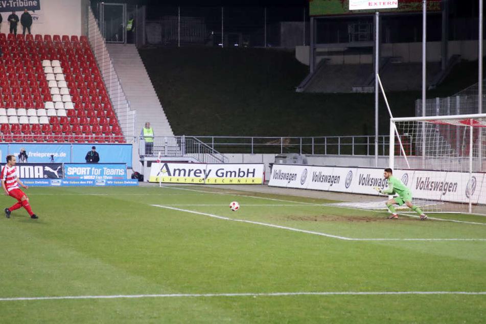 Hier trifft Wachsmuth per Elfmeter zum 1:0 für Zwickau.