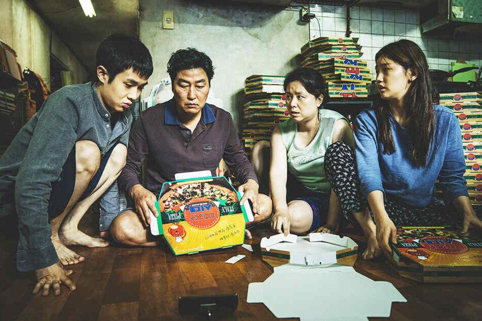 Die Familie Kim schlägt sich mit Gelegenheitsjobs durch, bis Ki-woo (l., Woo-sik Choi) Glück hat und bei reichen Leuten den Fuß in die Tür bekommt.