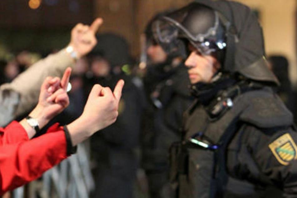 Eindeutige Geste: Neben Rechtsextremisten zählen Polizisten zu den Hauptfeinden der linksautonomen Szene.