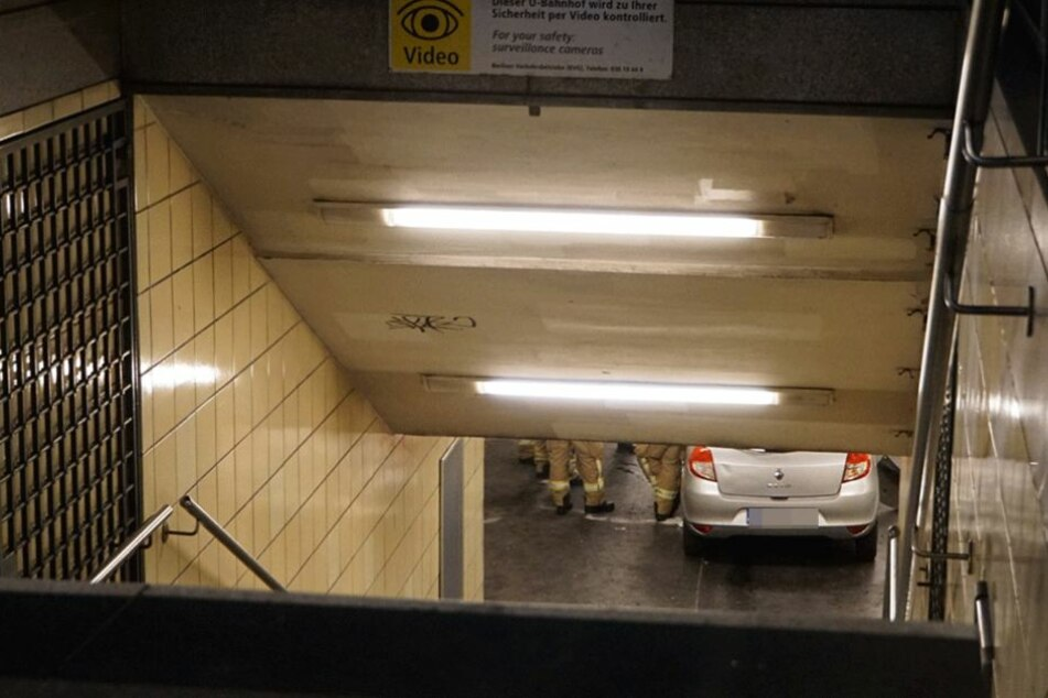 Der Renault Clio steht im U-Bahnhof.