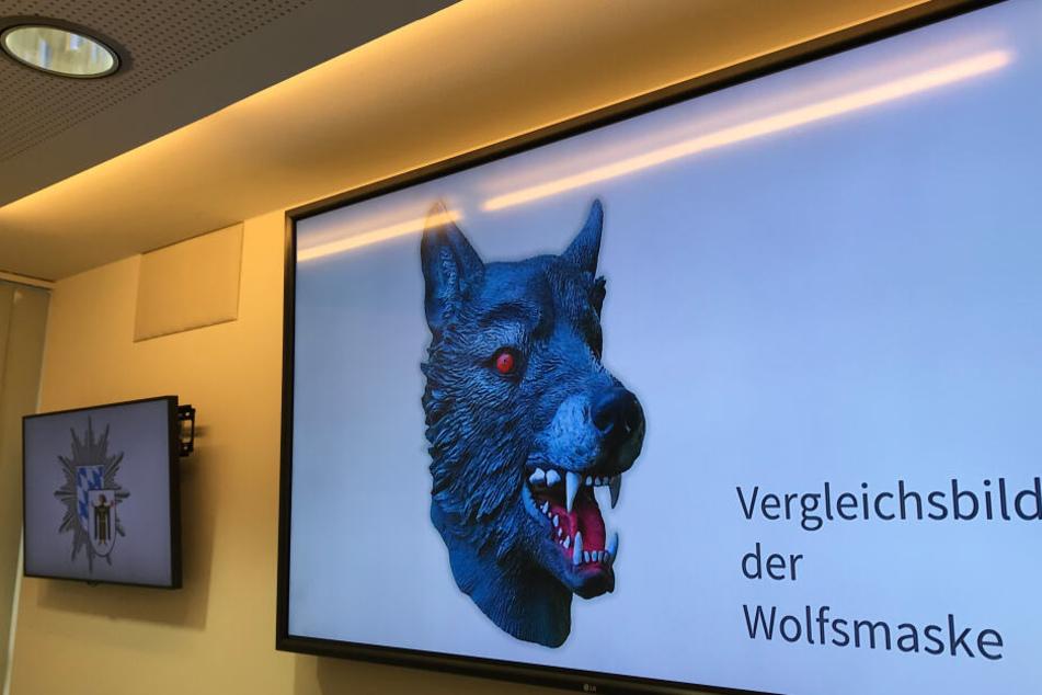 Auf einem Bildschirm im Polizeipräsidium präsentiert die Polizei ein Vergleichsbild einer Wolfsmaske (gestellte Szene).