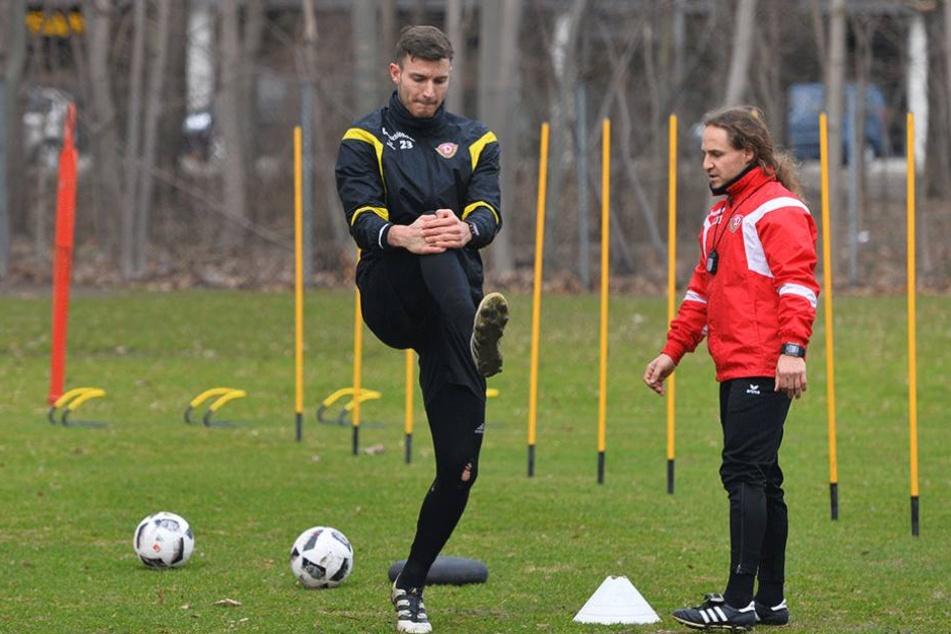 Nach vielen Übungseinheiten unter Aufsicht von Physiotherapeut Tobais Lange (re.) ist Abwehrrecke Florian Ballas am Dienstag wieder voll ins Mannschaftstraining eingestiegen.