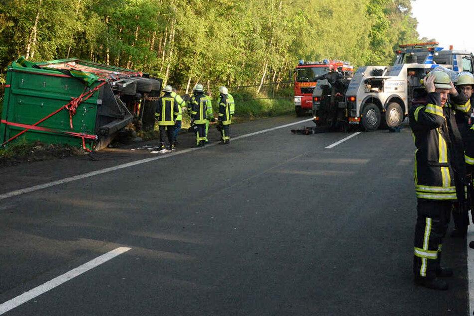 Die Autobahn 33 war am Samstagmorgen für mehrere Stunden wegen des Unfalls gesperrt.