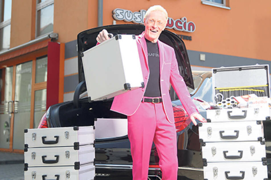 Endlich kann er wieder lachen: Wolle Förster (62) verstaut die Koffer für das  Pflegepersonal in seinem Mercedes-Maybach.