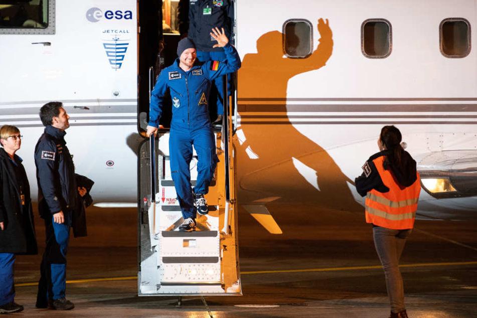 Astronaut Alexander Gerst steigt am Flughafen Köln/Bonn aus einem Flugzeug.