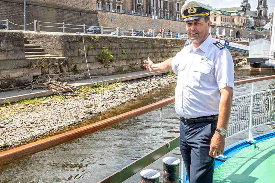 """""""Leipzig""""-Kapitän Lutz Peschel (55) hat seinen nagefreudigen neuen Nachbarn direkt am Anleger Terrassenufer entdeckt. Das Geäst ist """"Elbis"""" Biberburg, die dank Niedrigwasser nun sichtbar wurde."""