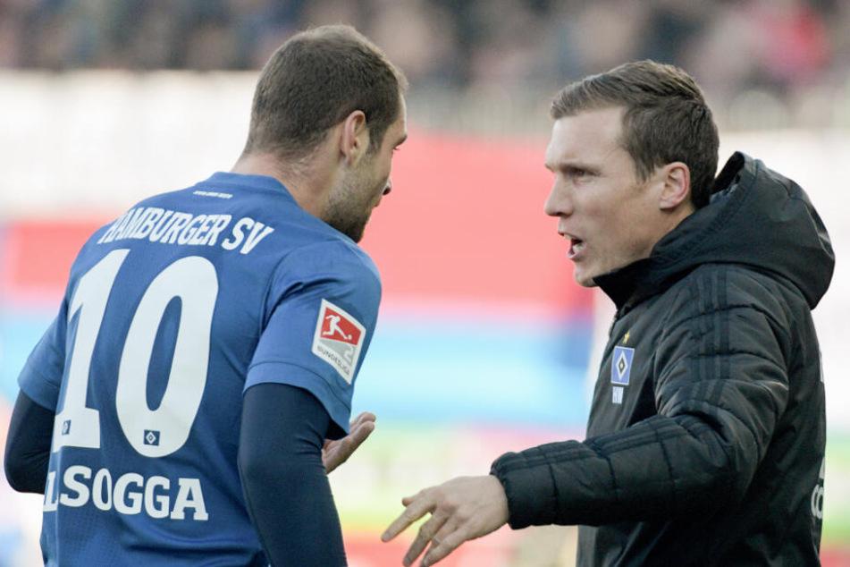 HSV-Trainer Hannes Wolf gibt Stürmer Pierre-Michel Lasogga Anweisungen.