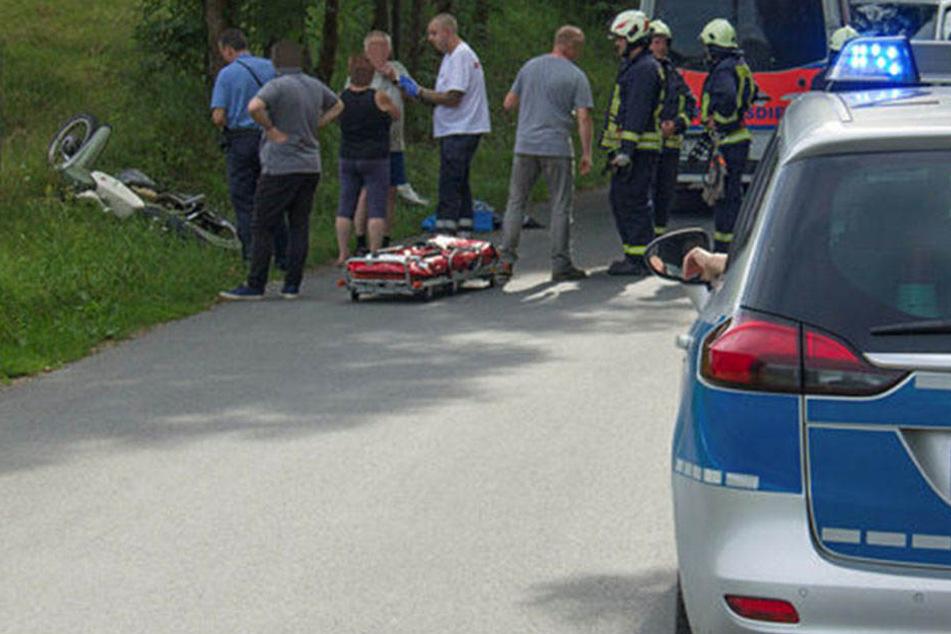 Rettungskräfte an der Unfallstelle bei Orlamünde.