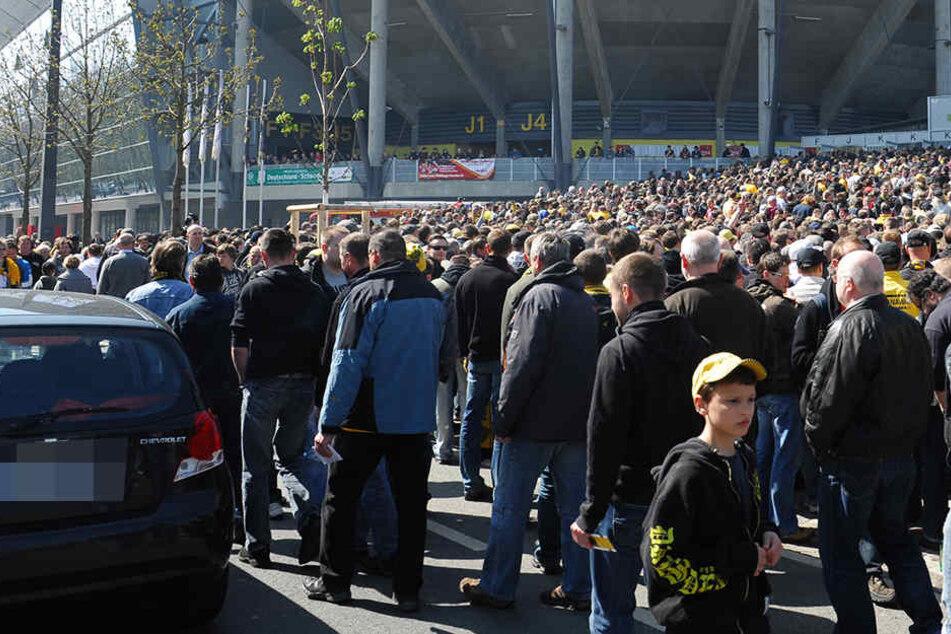 Großer Andrang vor und nach den Dynamo-Spielen. Nach der Auftakt-Partie gegen Duisburg soll ein BMW-Fahrer auf Dynamo-Fans und Passanten losgegangen sein.